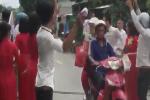 Clip: Cô dâu chú rể và đội bê tráp kéo nhau ra 'quẩy' giữa đường gây cản trở giao thông