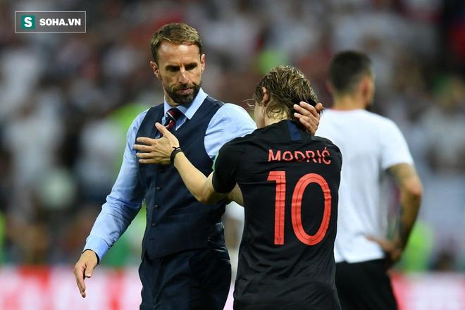 Luka Modric an ủi HLV Gareth Southgate sau trận đấu.