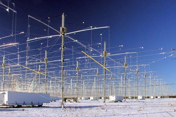 Các an-ten phát sóng trong chương trình HAARP của Không quân Mỹ là nơi tạo ra nhiều thuyết âm mưu nhất về siêu vũ khí thời tiết.