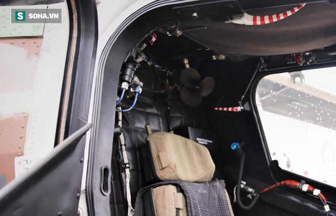 """Cái quạt tai voi """"thần thánh"""" trên buống lái trực thăng Mi-28NE đời mới của Nga. Ảnh: Xuân Hoàng."""