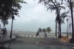 Người phụ nữ đi xe máy và hành động bất thình lình khiến các tài xế bối rối