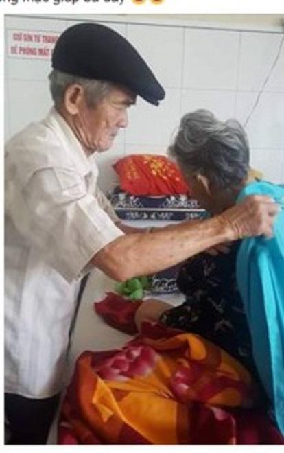 Hành động ân cần của cụ ông đối với cụ bà khiến nhiều người xúc động