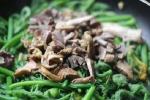 Món ngon mỗi ngày: Ngọn bầu xào lòng gà thơm lừng góc bếp