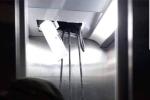 Thang máy chung cư HH Linh Đàm bất ngờ bị bục trần, rơi xuống một sợi dây đen to khiến người dân hoảng hồn