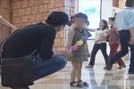 Bắt cóc trẻ em táo tợn chỉ với món đồ chơi nhỏ