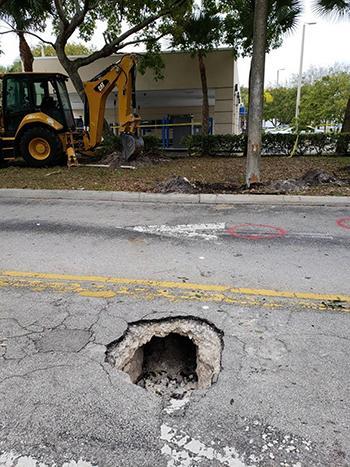 Hố tử thần ban đầu được phát hiện trước ngân hàng Chase ở thành phố Pembroke Pines, bang Florida. Ảnh: FBI Miami.