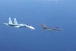 F-15 vội bỏ đi khi Su-27 nghiêng mình khoe vũ khí