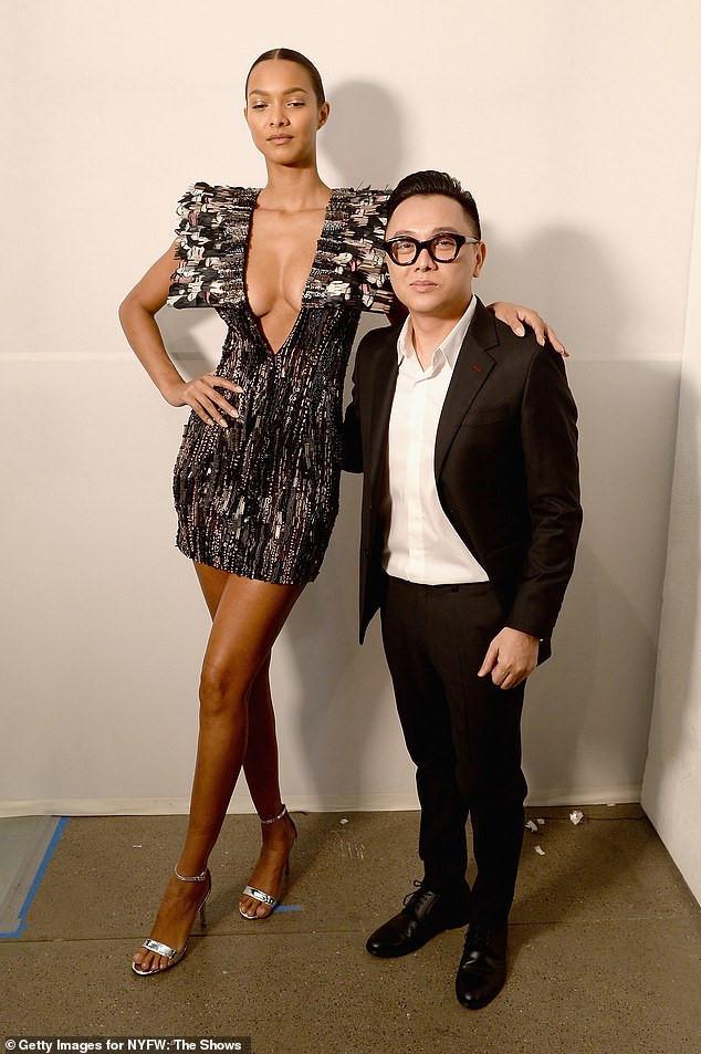"""NTK Công Trí chụp hình cùng người mẫu Lais Ribeiro ở hậu trường show thời trang. Trước khi """"tấn công"""" New York Fashion Week, Công Trí từng nhiều lần hợp tác với ca sĩ Katy Perry, nên anh cũng không phải gương mặt quá xa lạ với truyền thông quốc tế."""