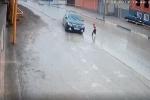 Xem ô tô đánh lái ngoạn mục, tránh em bé băng qua đường