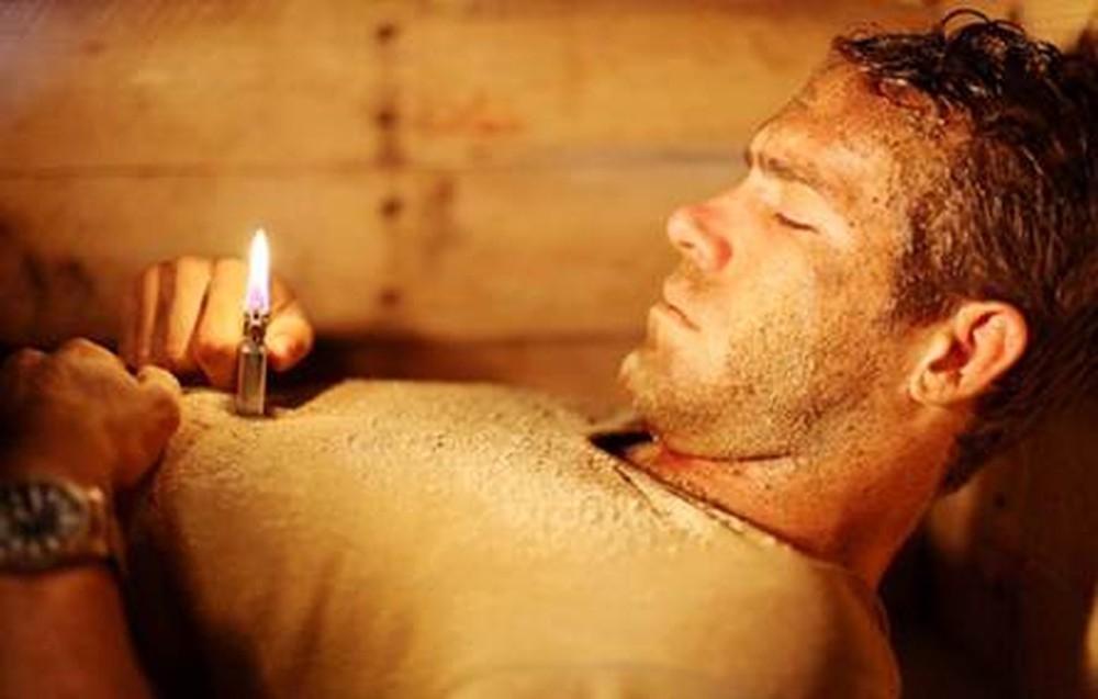 Không! Tuyệt đối không dùng bật lửa hay diêm để lấy ánh sáng. Việc làm này chỉ có trong phim thôi.