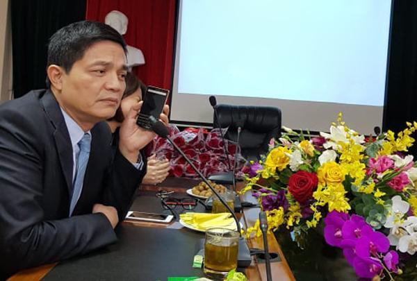 Ông Phong nói chuyện qua điện thoại với nhân viên tư vấn sản phẩm giảm cân bà Dung, trong cuộc họp chiều 8/3. Ảnh: Thúy Hạnh.