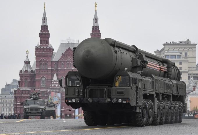 Một xe chở tên lửa đạn đạo xuyên lục địa (ICBM) RS-24 Yars tiến vào Quảng trường Đỏ.