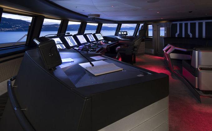 Reymond Langton, nhà thiết kế Aviva, đã lắp đặt thêm cửa chắn nước và bọc thép cho hai cabin VIP phía trước và buồng lái, để đảm an toàn cho hành khách và thủy thủ đoàn khi xảy ra sự cố.