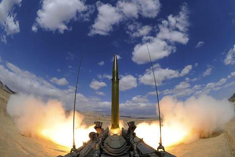 Tên lửa đạn đạo chiến thuật DF-15 trong một lần thử nghiệm. Ảnh: PLA Daily.