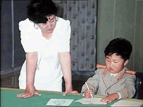 Kim Jong-un và mẹ tại nhà. Ảnh: DPRK.