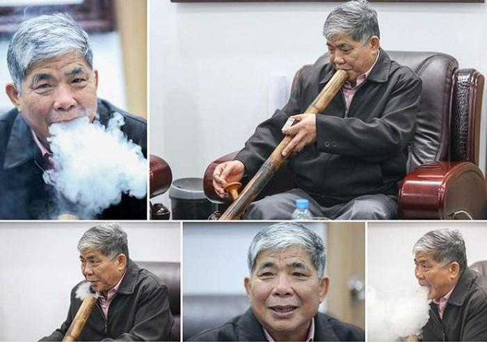 Ông Thản luôn mang theo bên mình chiếc điếu cày.