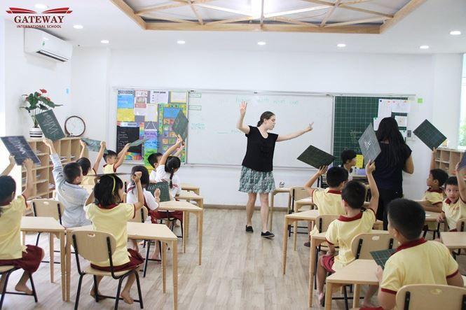 Ngay từ cấp tiểu học, các em được học song song Tiếng Anh và Tiếng Việt.