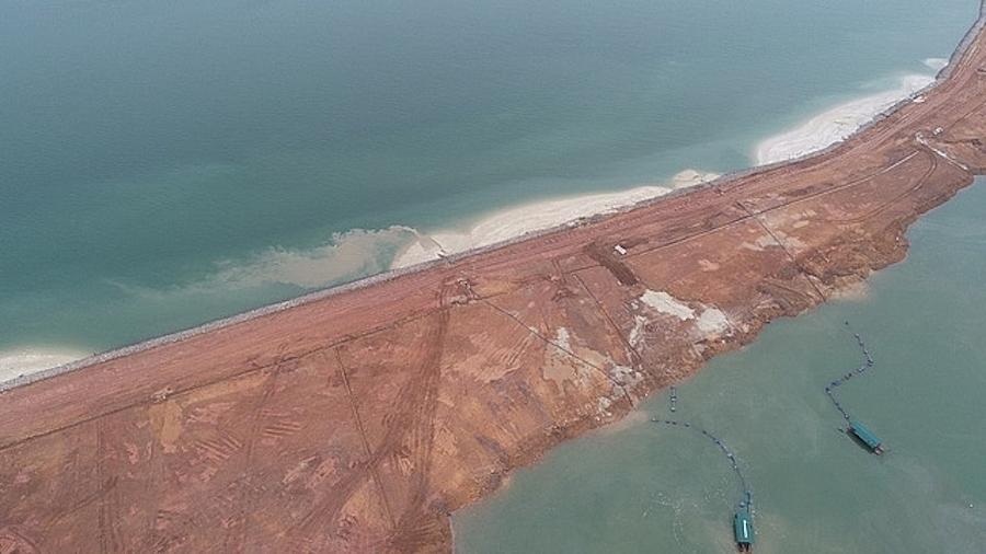 Những chiếc tàu công suất lớn ngày đêm hút cát từ trong lòng dự án bơm ra lấn biển