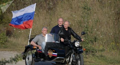 Tổng thống Putin chở 2 quan chức của bán đảo Crimea. Ảnh: Sputnik