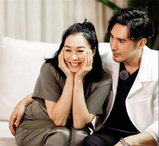 Vợ chồng Chung Lệ Đề - Trương Luân Thạc trong show truyền hình.