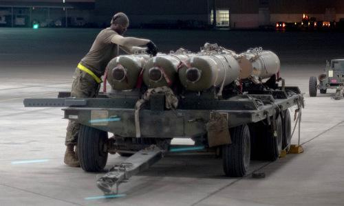 Kỹ thuật viên chuẩn bị lắp bom chùm WCDM cho phi đội F-15E tại UAE. Ảnh: USAF.