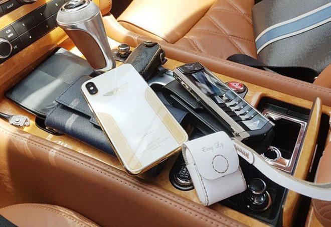 Điện thoại Vertu và Bentley của Tô Công Lý. Ảnh: N.T.