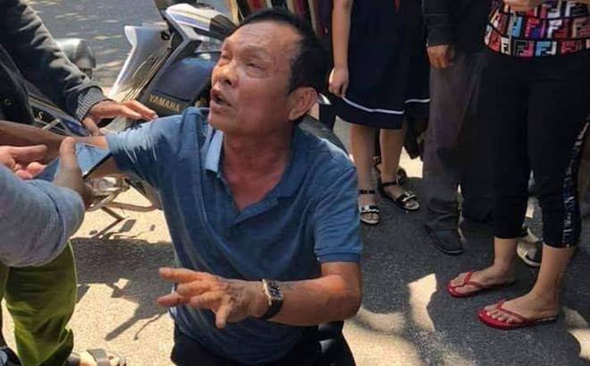Bị cáo Huyện quỳ lạy người nhà các nạn nhân khi vụ tai nạn xảy ra