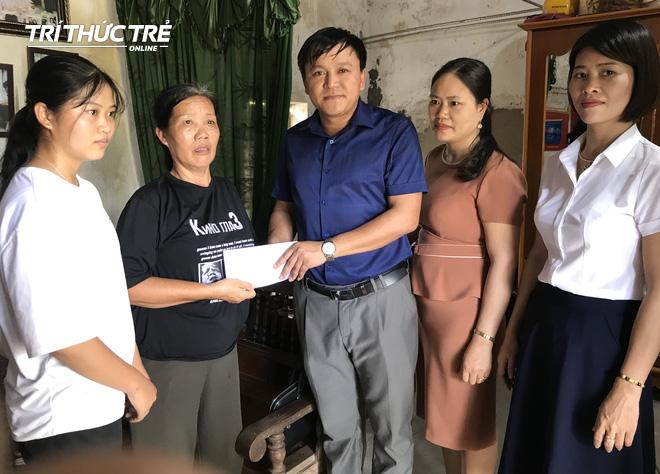Thầy Nguyễn Văn Phương và các cô giáo trong trường THPT Nghi Lộc 4 đến hỏi thăm và trao quà động viên em Ngọc tiếp tục theo học ĐH.