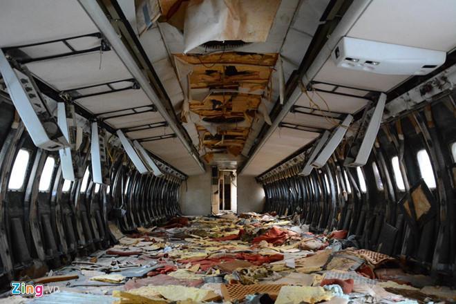 Thời gian nằm tan hoang ở bãi đất trống gần sân bay, chiếc Boeing chứa đầy rác và ngổn ngang các linh kiện còn sót lại. Ảnh: Lê Quân.