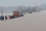 Xe khách Thanh Hóa cố vượt biển nước, 60 nữ công nhân bì bõm lội theo