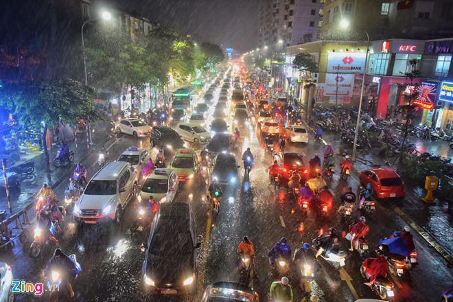 Cơn mưa lớn trút xuống Hà Nội lúc 17h khiến bầu trời tối sầm. Ảnh: Phạm Thắng.