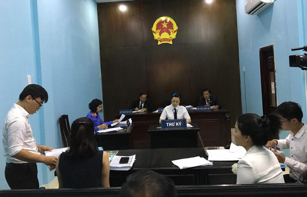 Đại diện Bệnh viện FV (trái) trình bày tại tòa. Ảnh: Hoài Thanh.