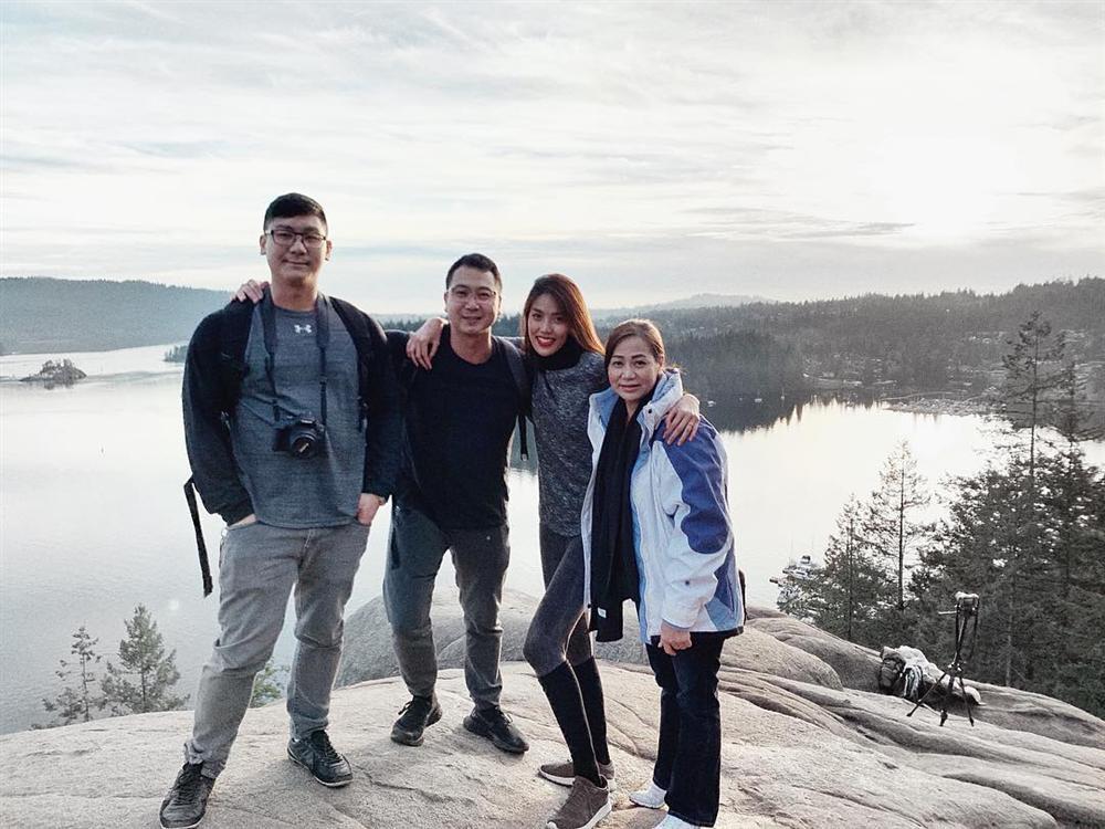 Lan Khuê và gia đình nhà chồng đi du lịch Canada.