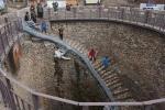 Kỳ thú chiếc giếng khổng lồ, hàng chục người có thể đi bộ xuống đáy