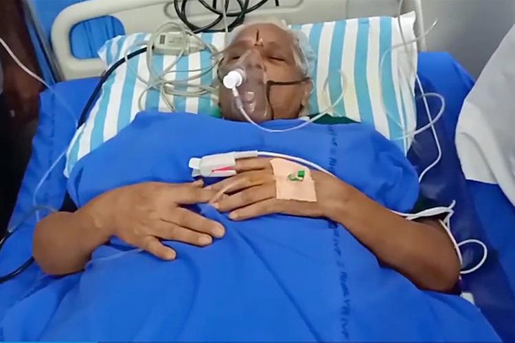 Bà Erramatti Mangayamma sau khi sinh đôi vẫn phải nằm trong phòng chăm sóc đặc biệt. Ảnh: India.com.
