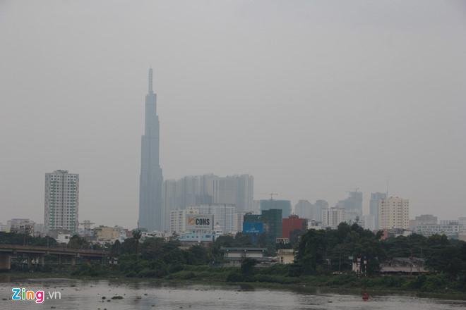 Tòa nhà Landmark 81 bị bao phủ bởi bầu trời màu trắng đục. Ảnh: Sỹ Đông.