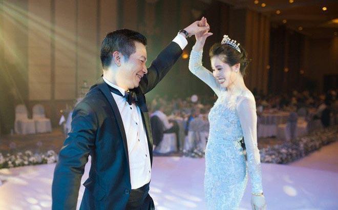 Dù hơn bà xã đến 16 tuổi, nhưng Shark Hưng vẫn khiến nhiều người bất ngờ với sự trẻ trung khi bày tỏ tình cảm với vợ.