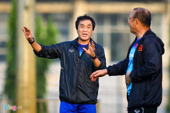 Trợ lý Lee Young-jin (giữa) là người trực tiếp trinh sát trận đấu gần nhất của tuyển Malaysia.