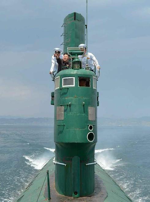 Chủ tịch Triều Tiên Kim Jong-un thị sát tàu ngầm vào năm 2014. (Ảnh: EPA)