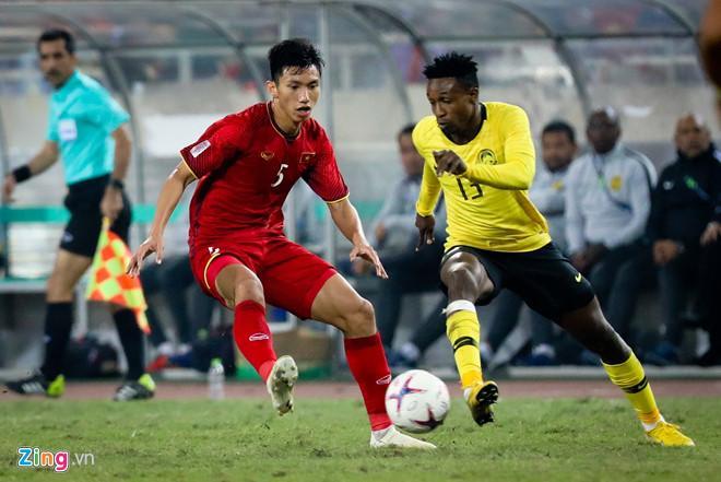 Cánh trái của Văn Hậu là nơi có sự hiện diện của cầu thủ nhập tịch rất khỏe và nhanh Mohamadou Sumareh (áo vàng).