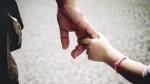 Chồng đột ngột dẫn bé gái về nhà và van nài: