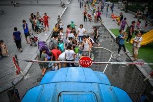Người dân mang xô, chậu xếp hàng lấy nước sạch