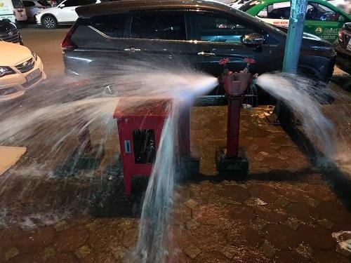 Trụ nước cứu hỏa được mở xả để thau rửa đường ống. Ảnh: Gia Chính.