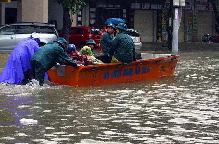 Lực lượng quân đội dùng thuyền di chuyển trên đường Nguyễn Thị Minh Khai để giúp dân trong ngày 16/10.