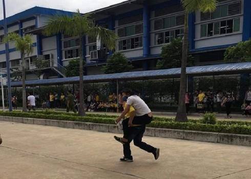 Công nhân Công ty GoldenVictory Việt Nam ngộ độc khí được đưa đi viện cấp cứu sáng 23/10.