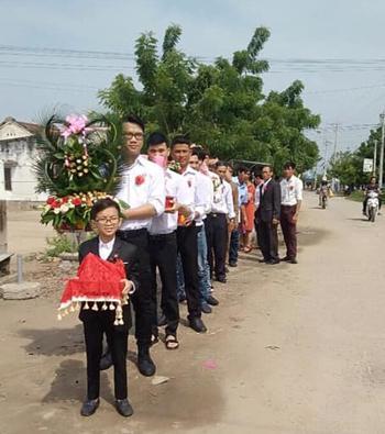 Chú rể Hùng trước đoàn phù rể chuẩn bị vào nhà cô dâu ở Ninh Thuận sáng 6/11. Ảnh: N.H.