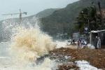 Sóng cao gần 6m, người dân gia cố bờ biển