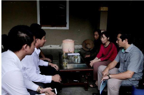 Lãnh đạo huyện Can Lộc đến động viên thăm hỏi gia đình một nạn nhân.