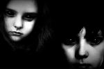 Bí ẩn không lời giải những đứa trẻ có đôi mắt đen sì