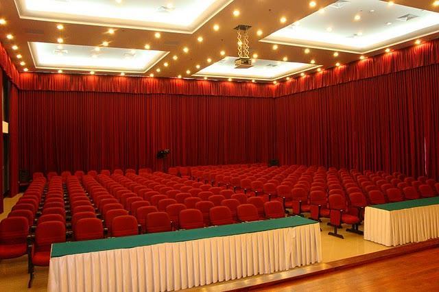Tại sao các rạp chiếu phim phải làm rèm cửa bằng vải đỏ? - 2